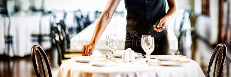 Le servitrins som ställer in tabellen fotografering för bildbyråer