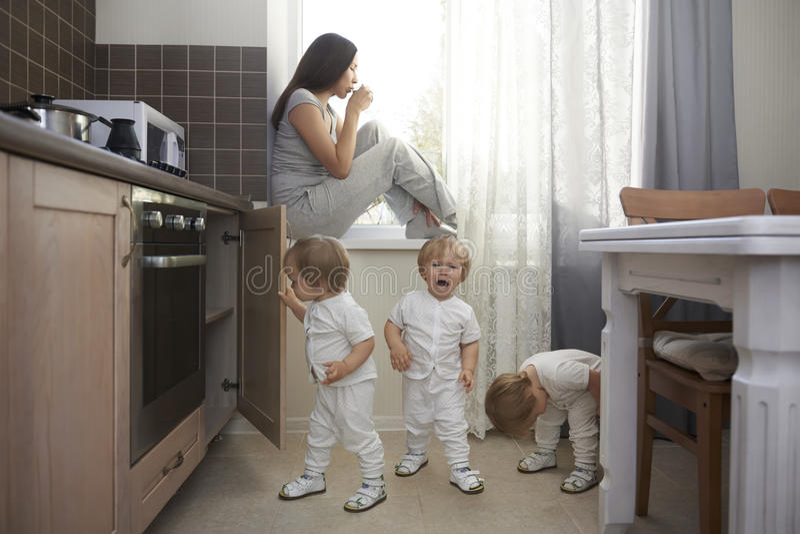 Le seul endroit sûr pour boire du café pour la mère avec beaucoup d'enfants photos libres de droits