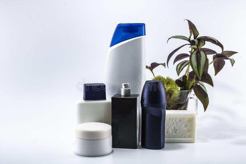 Le shampooing, d?sodorisant, lotion, parfum ?tait fond blanc rentr? photographie stock