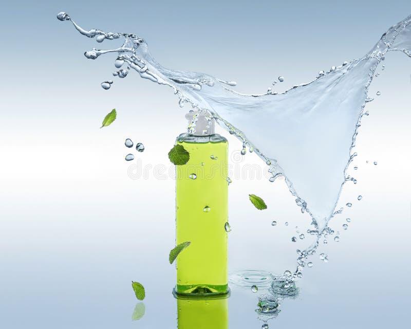 Le shampooing de fines herbes de hydrater se tient sur le fond de l'eau avec l'éclaboussure et les feuilles en bon état images stock