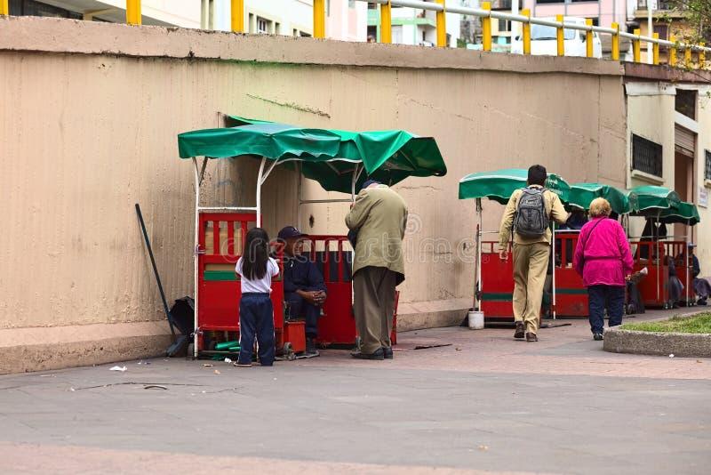 Le Shoeblack se tient dans Ambato, Equateur image libre de droits