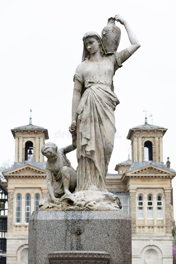 Le Shrubsole commémoratif, la statue de marbre de la femme a consacré à Henry Shrubsole, l'ancien maire de Kingston qui est mort  image stock