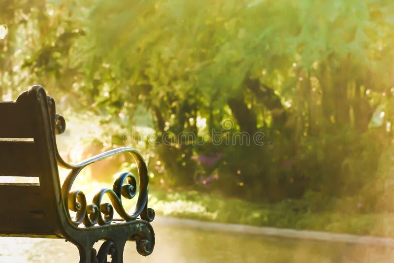 Le siège en bois de structure métallique en parc est un beau, confortable jour photos stock