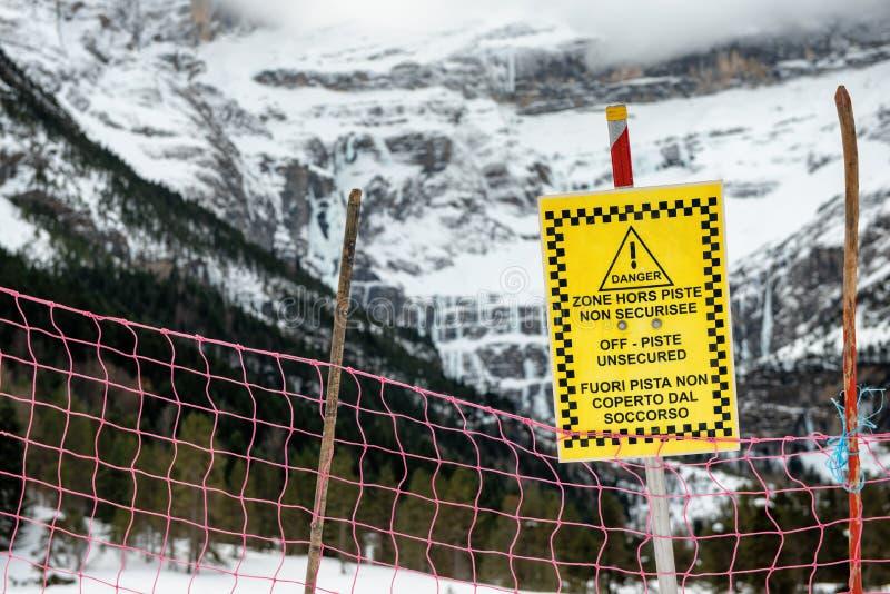 Le signe alerte sans garantie hors-piste en montagnes françaises photographie stock