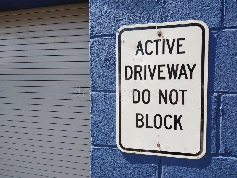 Le signe d'allée, allée active ne bloquent pas photos stock