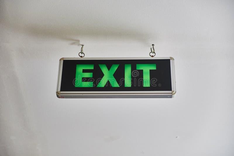 """Le signe de """"sortie """"est allumé en vert illustration de vecteur"""