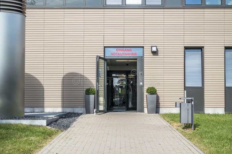 Le signe de Garman à l'hôpital se dirige vers la chambre de secours - traduction : Pièce d'Emergancy d'entrée photographie stock