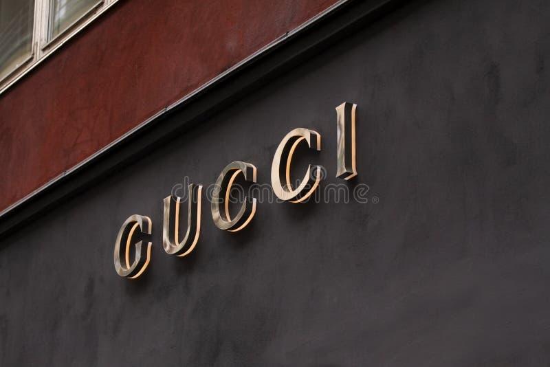 Le signe de Gucci à Gucci sur le magasin Gucci est une mode italienne et les marchandises en cuir stigmatisent photos libres de droits
