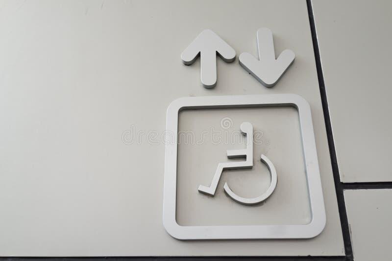 Le signe de l'ascenseur pour les personnes handicapées de fauteuil roulant d'handicap image stock