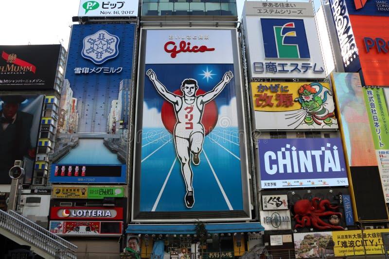 Le signe de l'homme de Glico chez Dotonbori une rue du centre du marché du ` s d'Osaka et beaucoup panneau d'affichage s'est serr image libre de droits