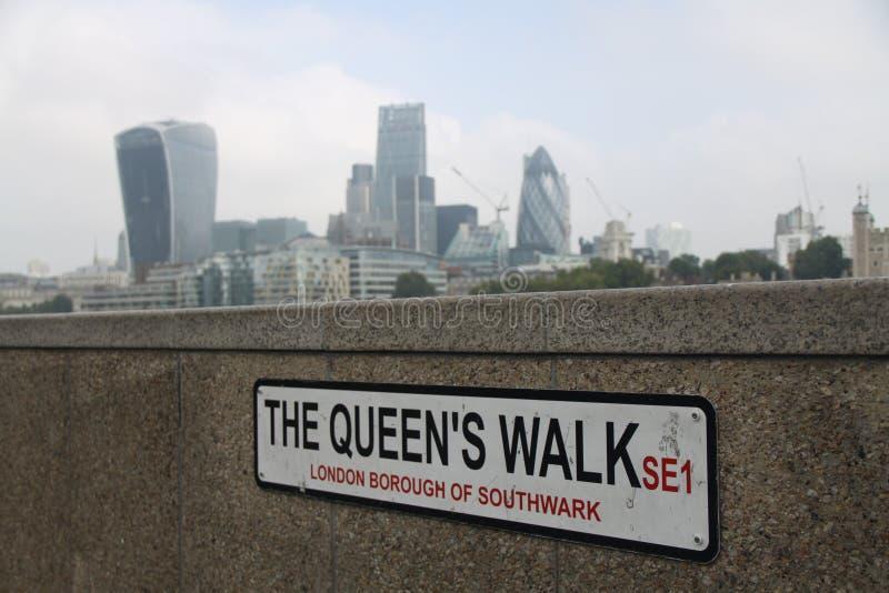Le signe de Londres de promenade du ` s de reine photo stock