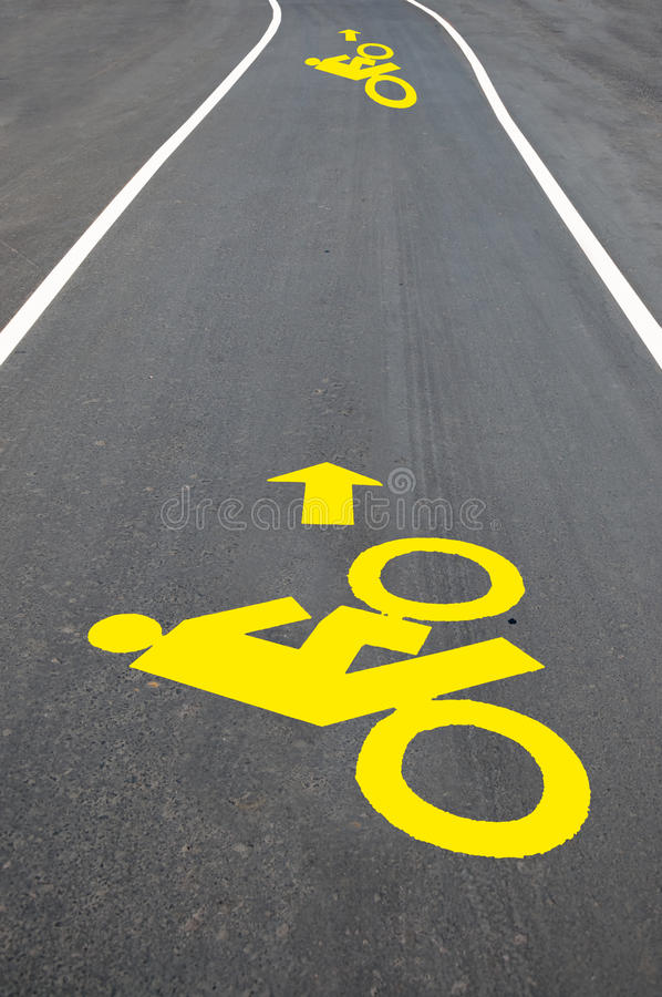 Le signe de route de bicyclette peint sur le trottoir images libres de droits