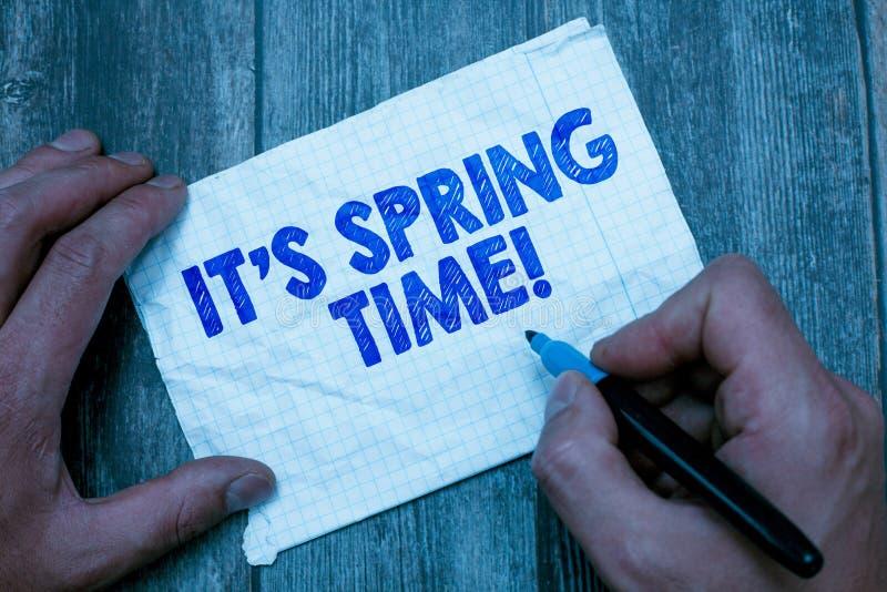 Le signe des textes lui montrant s est printemps Saison conceptuelle de photo après l'hiver Bloosoming de la transformation de fl photos stock