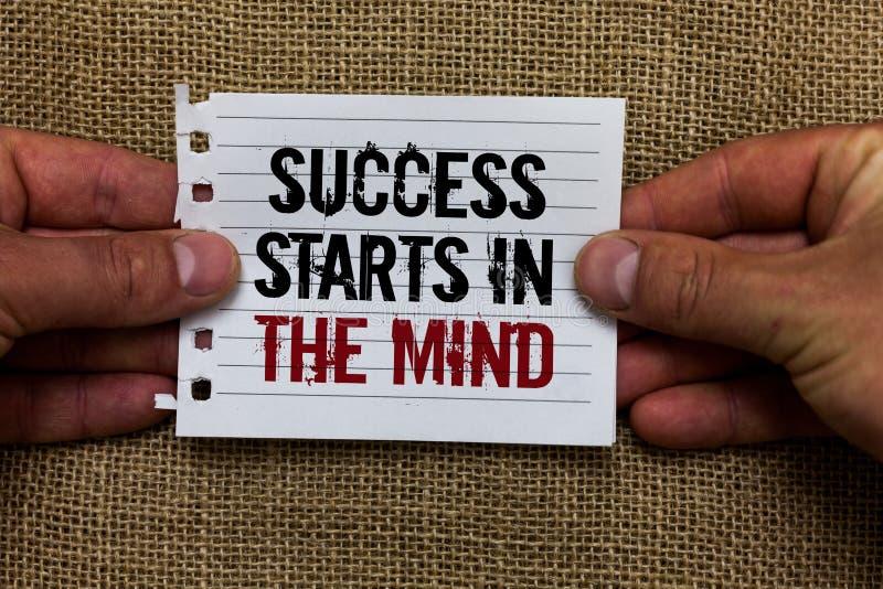Le signe des textes montrant le succès commence dans l'esprit La photo conceptuelle font accomplir des pensées positives ce que v photos libres de droits