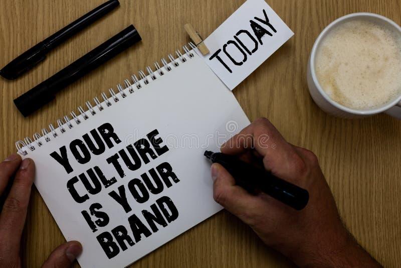 Le signe des textes montrant votre culture est votre marque Les expériences conceptuelles de la connaissance de photo sont un tro image stock