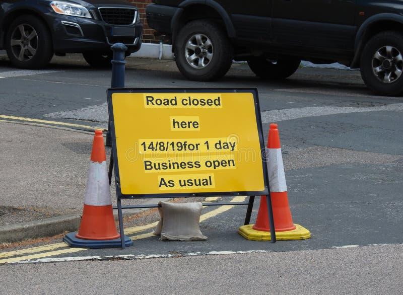 Le signe fermé de route répare l'avis de l'information publique de route d'affaires image libre de droits