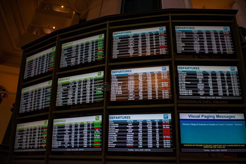 Le signe lumineux des lignes aériennes d'arrivées et de départs des calendriers chez Orlando International Airport 2 image libre de droits