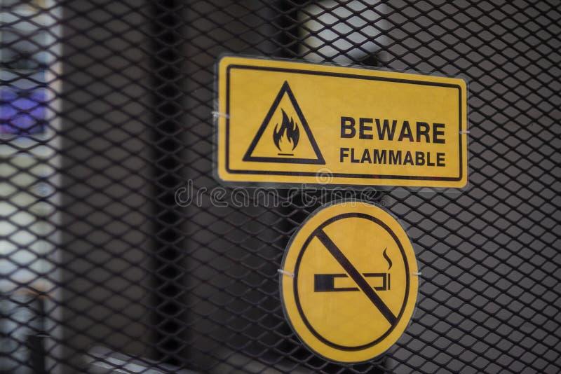 Le signe prennent garde du métal non-fumeurs inflammable et de label photos libres de droits