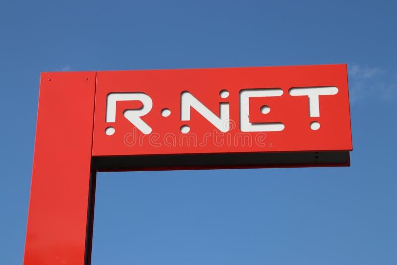 Le signe rouge de nom de R-NET, un train léger de rail entre alphen et le Gouda photos stock