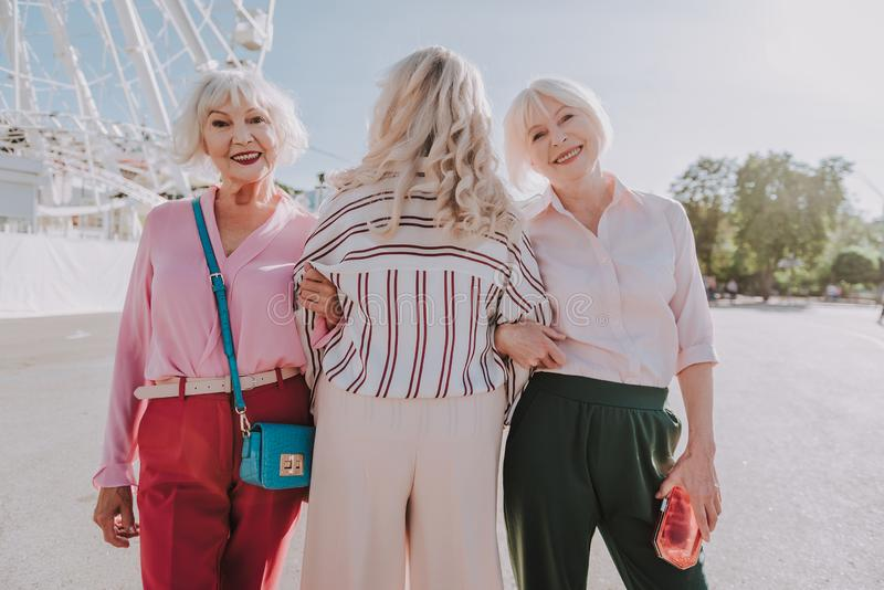Le signore più anziane alla moda stanno camminando nel parco immagine stock