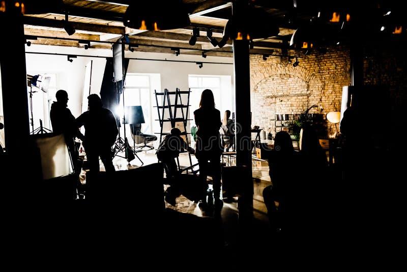 Le siluette del concerto ammucchiano davanti alle luci luminose della fase con i coriandoli fotografie stock libere da diritti