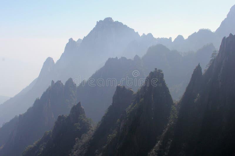 Le siluette di Huangshan ingialliscono le montagne, provincia l'Anhui, Cina fotografie stock