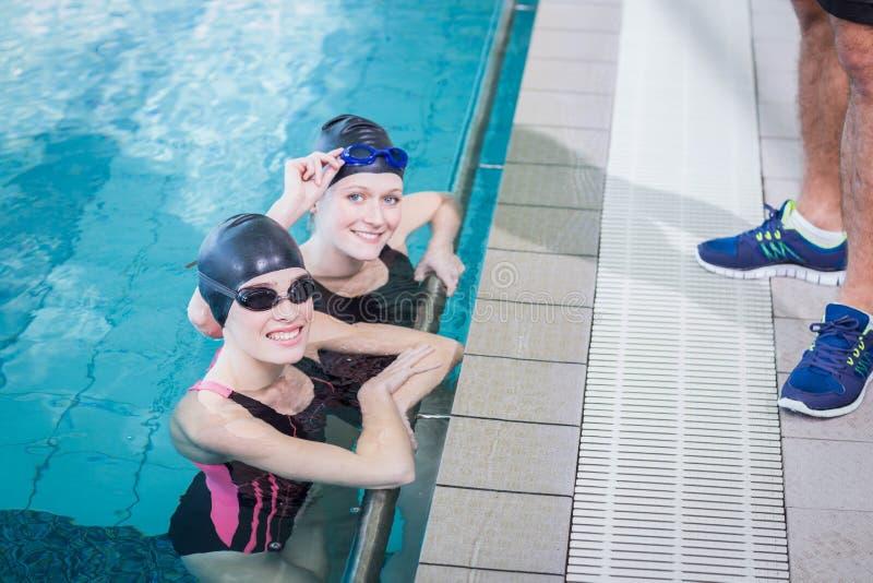 Le simmare som ser kameran fotografering för bildbyråer