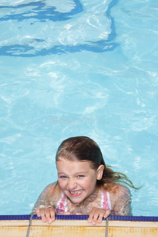 le simning för flickapöl royaltyfri fotografi