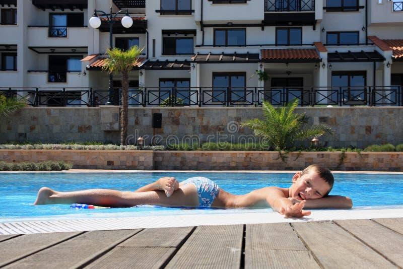 le simning för pojkekantpöl royaltyfri fotografi