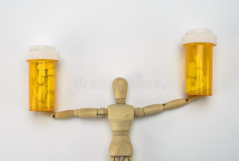 Le simulacre en bois tient des bouteilles de pilules image libre de droits