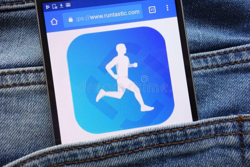 Le site Web de Runtastic montré sur le smartphone caché dans des jeans empochent photographie stock