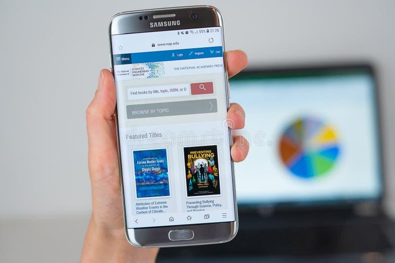 Le site Web des académies nationales pressent sur l'écran de téléphone image libre de droits