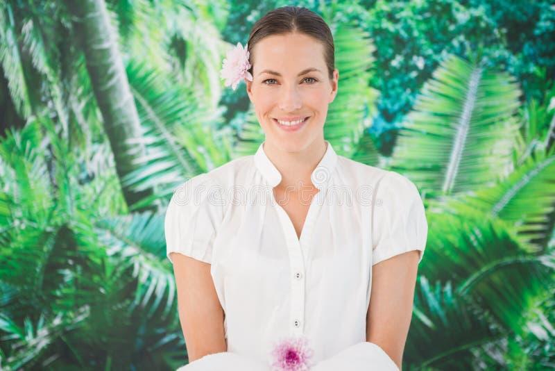 Le skönhetterapeuten som rymmer en handduk arkivbild