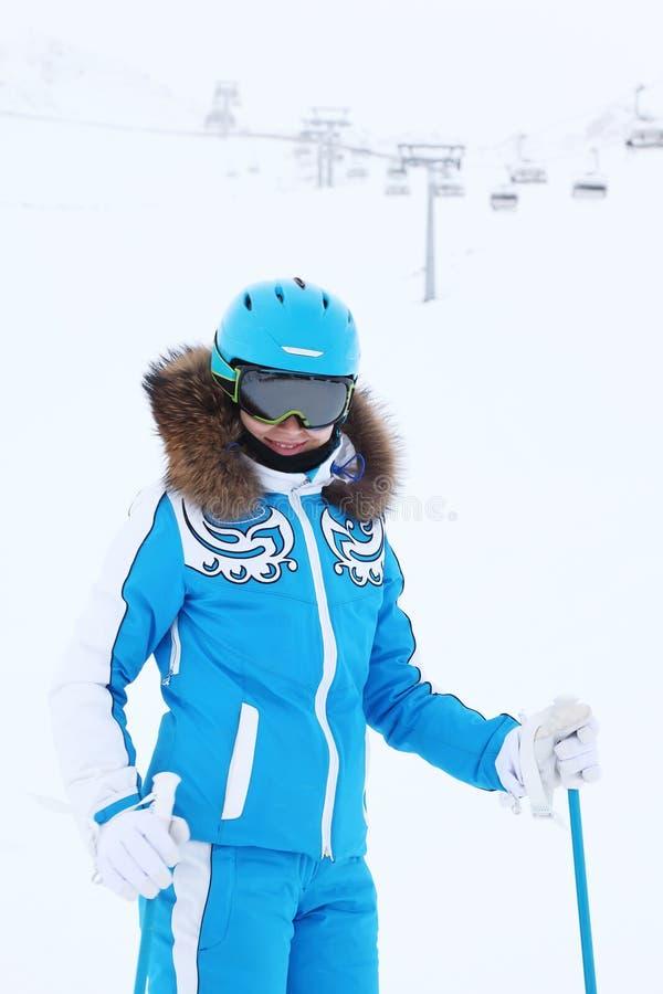 Le skieur de sourire de femme regarde l'appareil-photo images libres de droits