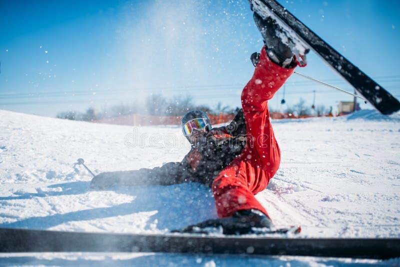 Le skieur en casque et verres se trouve sur la montagne neigeuse images libres de droits