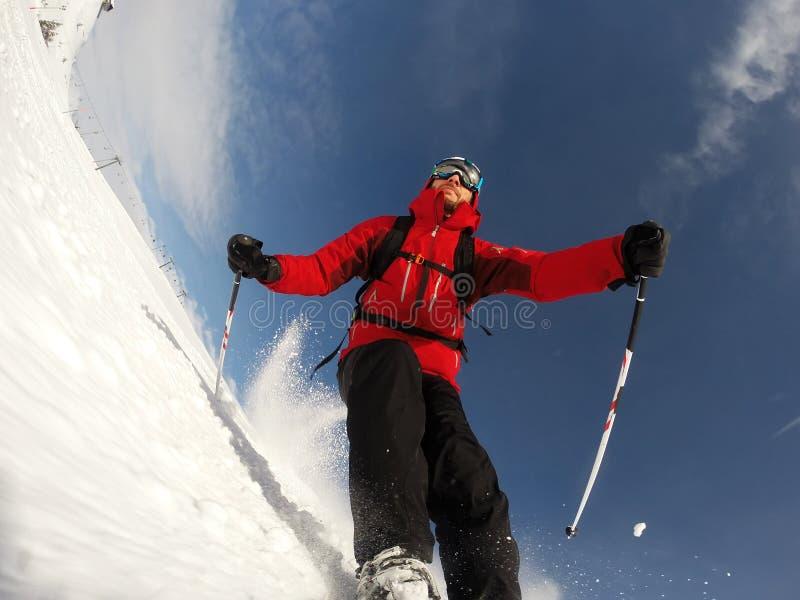 Le skieur exécute un à grande vitesse allument une pente de ski. photos libres de droits