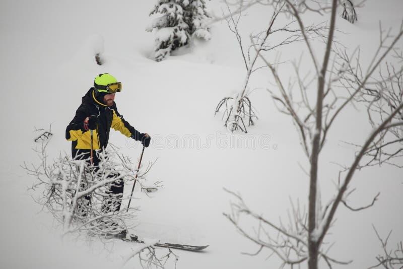 Le skieur marche dans les montagnes image libre de droits