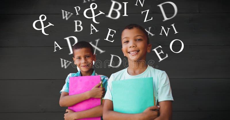 Le skolpojkar som rymmer böcker medan bokstäver som flyger i bakgrund royaltyfri bild