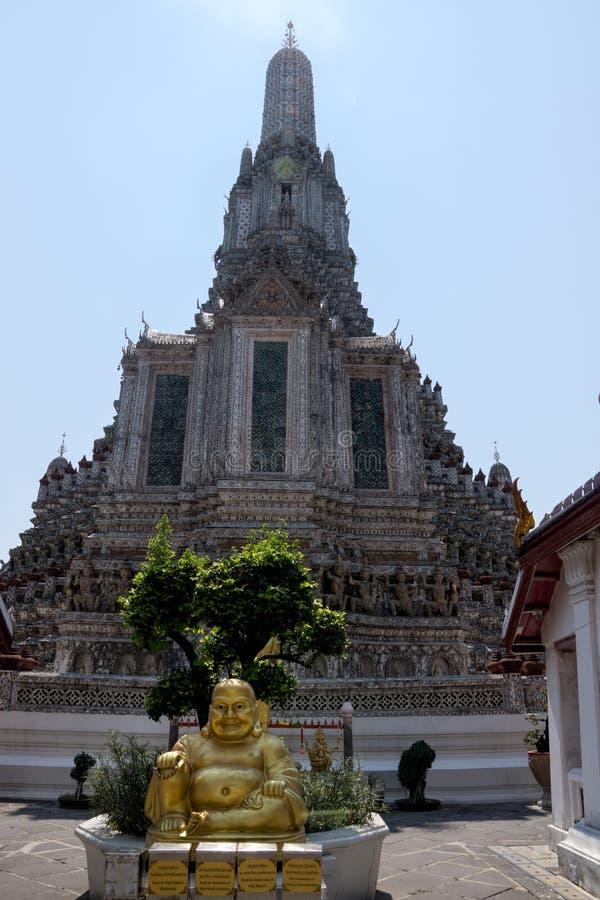 Le skulptur av den guld- Buddha framme av den Wat Arun templet royaltyfria foton