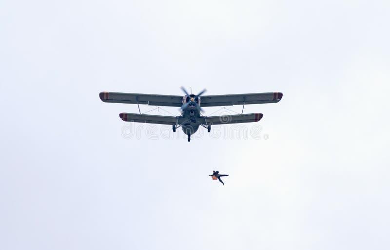 Le Skydiver saute de l'avion An-2 images libres de droits