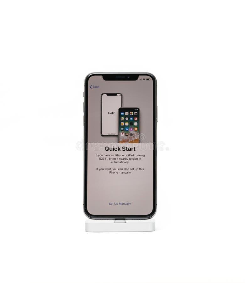 Le smartphone de l'iPhone X d'Apple a isolé le début rapide de fond blanc photos libres de droits