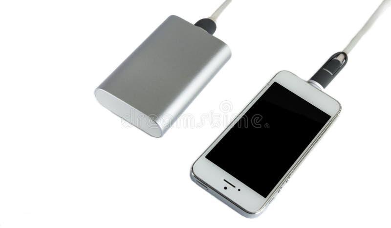 Le smartphone de remplissage avec la puissance grise encaissent la batte externe de portable images stock