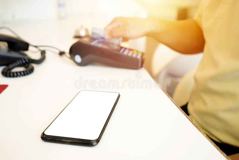 Le smartphone est placé dans l'avant et il y a l'espace qui peut être écrit photos stock