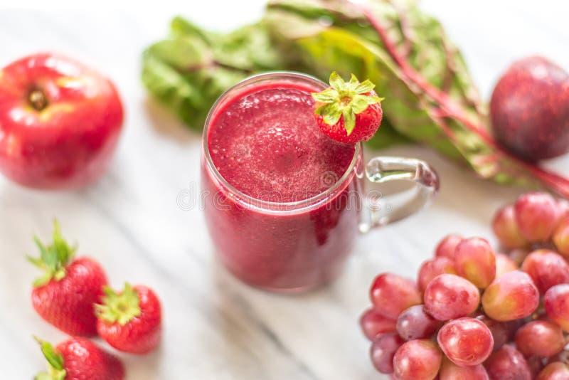 Le smoothie rouge a fait à partir des ingrédients sains frais photo stock