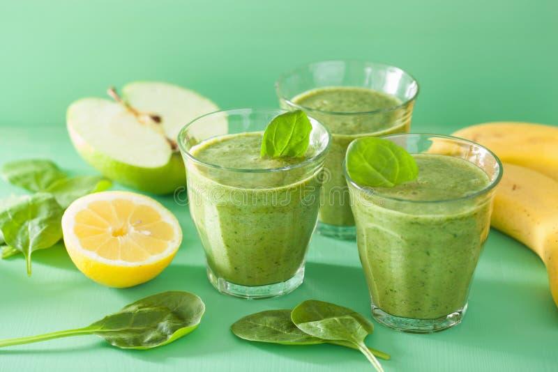 Le smoothie vert sain avec des épinards part de la banane de citron de pomme photo stock