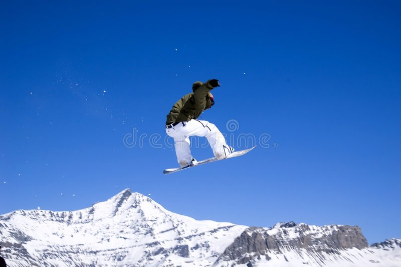 Le Snowboarder sautant haut dans le ciel photo libre de droits