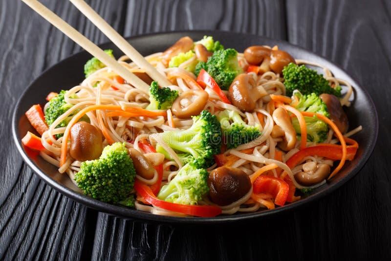 Le soba de sauté avec le shiitaké, brocoli, carottes, poivre le plan rapproché photo libre de droits