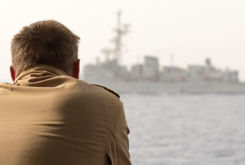 Le soldat allemand de navire de guerre regarde à un autre navire de guerre images libres de droits