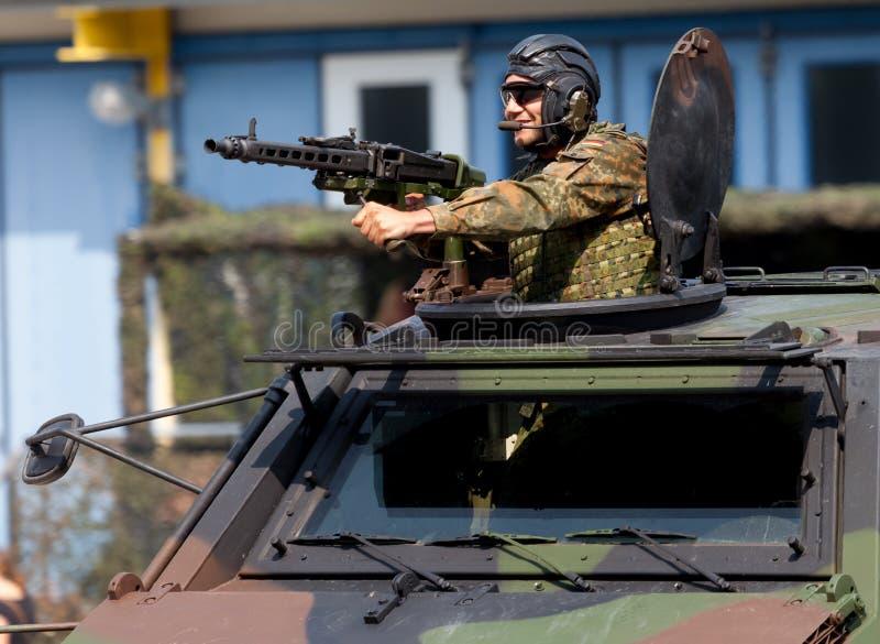Le soldat allemand fixe avec la mitrailleuse photos stock