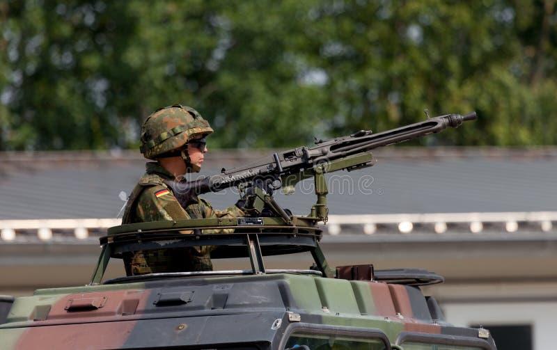 Le soldat allemand fixe avec la mitrailleuse photos libres de droits